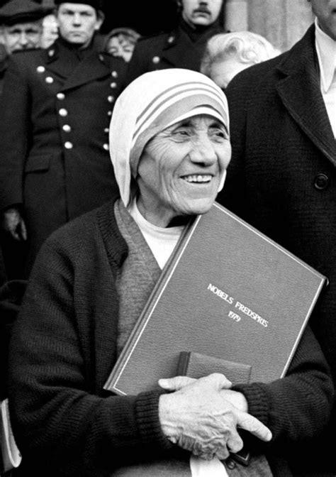 mother teresa nobel prize biography old picz mother teresa receiving the nobel peace prize