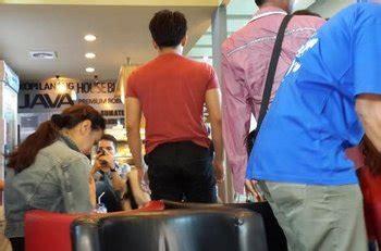 Kaos Jumanji Terbaru foto terbaru ariel dan mueller di bandara bali