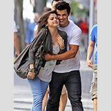 Selena Gomez And Taylor Lautner Kissing   435 x 580 jpeg 47kB