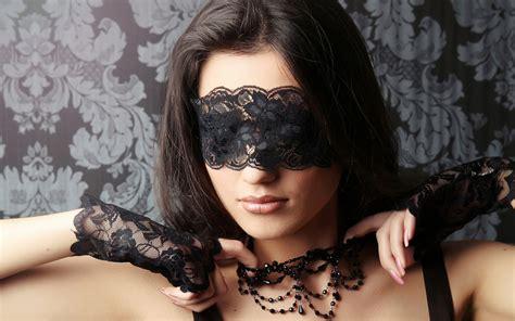 donne al letto toccare una donna senza vestiti eccitarla per i