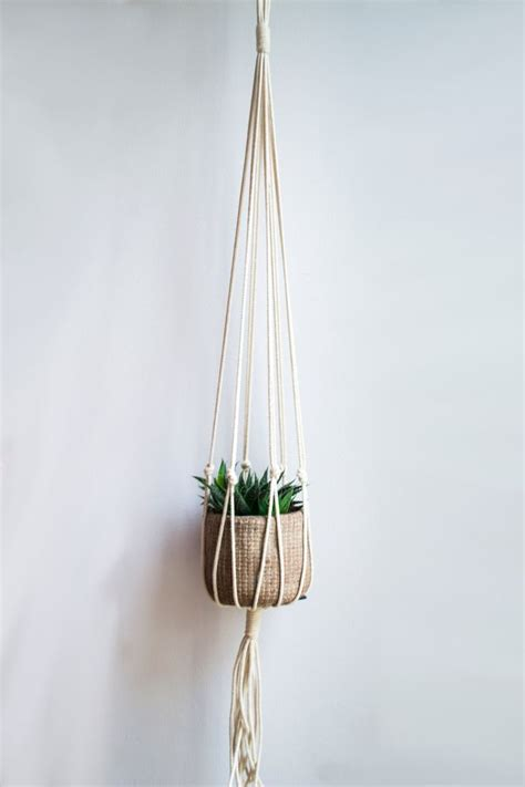 How To Macrame A Plant Hanger - 1000 ideas about macrame plant hangers on