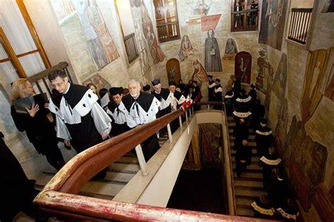 ufficio dottorato unibo gli studenti portoghesi indossano il traje mantello nero