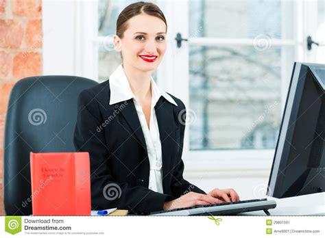 avvocato ufficio avvocato in ufficio fa le note in un archivio immagine