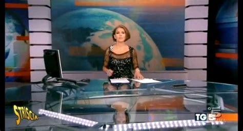 gambe aperte sotto il tavolo foto tg5 gambe in mostra con la scrivania trasparente