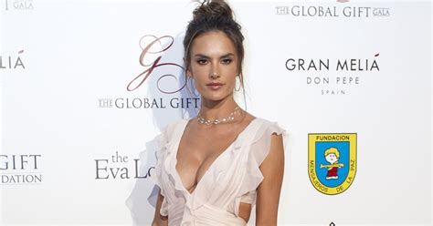 Alessandra Ambrosio Does Some Cleaning by Alessandra Ambrosio Look Clean E Batom Deixou O