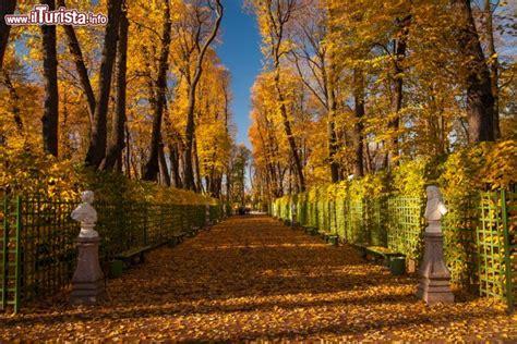 giardino d estate i colori dell autunno nel giardino d estate foto san