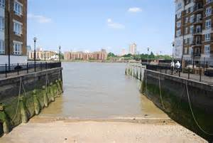 thames river flows into slipway into the river thames 169 n chadwick cc by sa 2 0