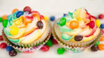 great party looking skittles cupcakes with rainbow icing