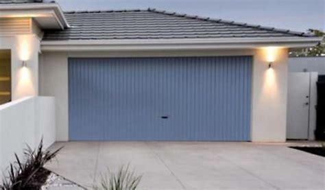 grundierung für fliesen garagentor renovieren neuer anstrich folie oder