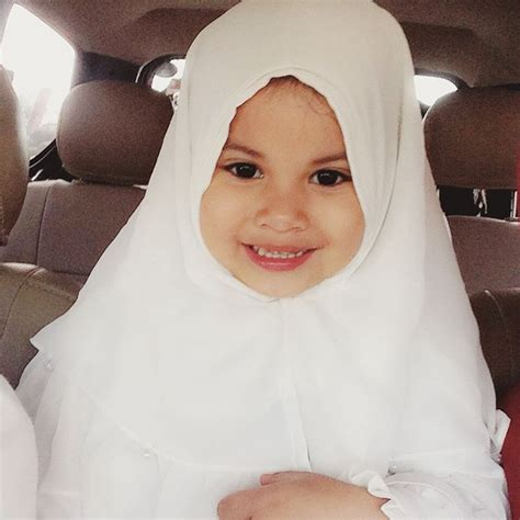 Jilbab Anak Maryam Pita menggemaskan kala putri selebritis til berhijab