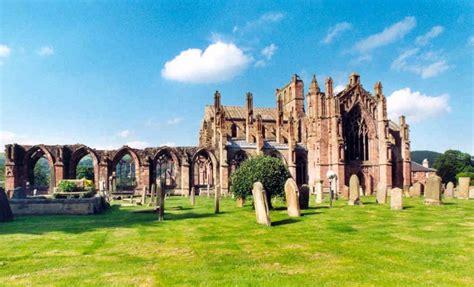 chateaux  abbayes en ruines pres dedimbourg en ecosse