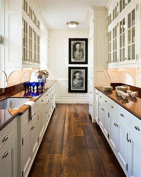 holzboden in der k 252 che 18 stilvolle designs f 252 r jeden galley kitchen designs hgtv