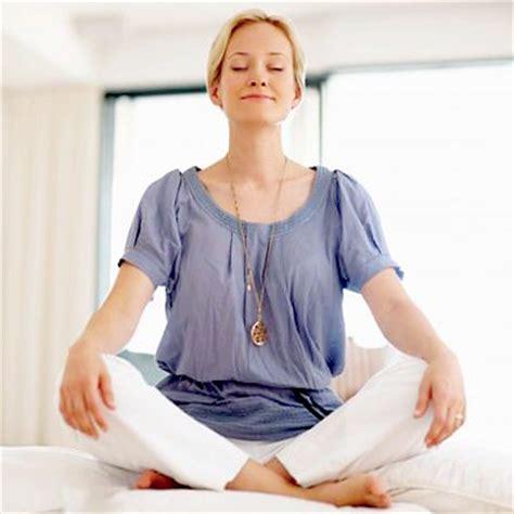 video tutorial yoga untuk pemula foto gerakan sukhasana duduk bersila di atas matras