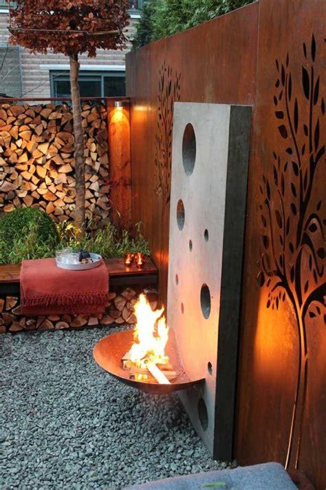 feuerstelle rost gartendeko aus rost attraktiv perforierter sichtschutz