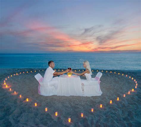 candela romantica coppie alla cena romantica della spiaggia con il cuore