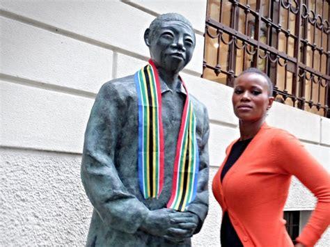 consolato sudafrica la statua di nelson mandela davanti al consolato