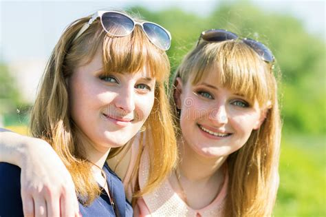 old gratis escuchar youngest girl to have twins 8 yrs old mp3 online pretty twins girls having fun at outdoor summer park stock