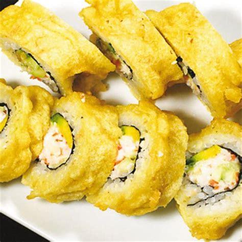 cucinare polpa di granchio uramaki sushi con polpa di granchio e avocado in tempura
