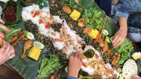 tren makan nasi liwet  atas daun pisang beramai