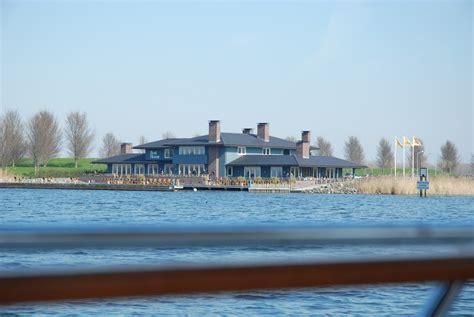 boat house almere boat house almere foto uit de buurt van land in zicht