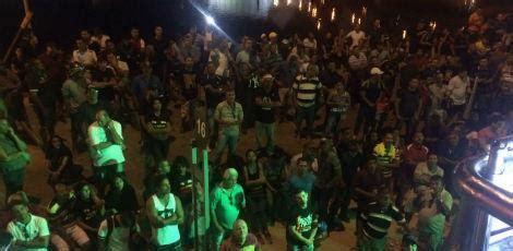 radio jornal esposas de pms e bombeiros protestam durante abertura familiares de pms protestam durante abertura do carnaval
