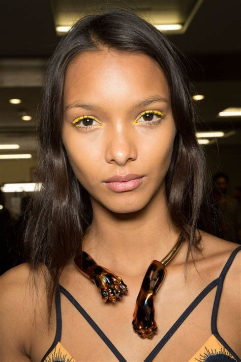 Eyeshadow Kuning tren make up kuning untuk penilan musim semi yang