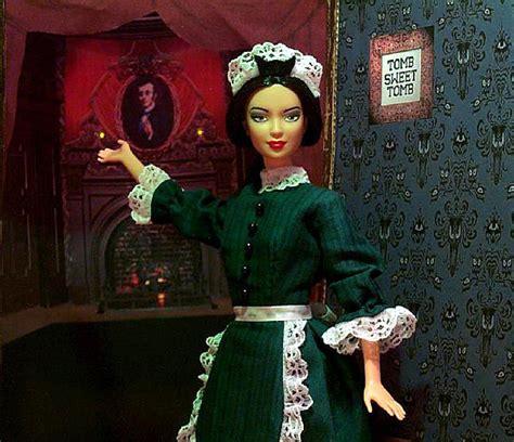 la casa dei fantasmi cast dressed up as a cast worker on haunted mansion