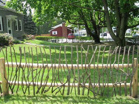 Garten Dekorativ Gestalten by Rustic Garden Fence Ideas Rustic Stick Fence On Post