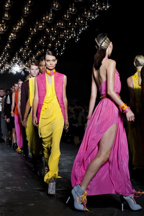 how to a to walk next to you tips on how to walk like a runway model uk models