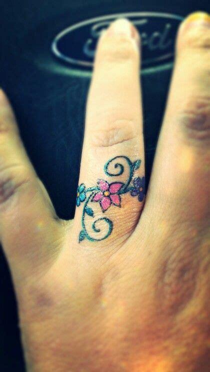 flower ring tattoo designs de 25 bedste id 233 er inden for ring finger tattoos p 229