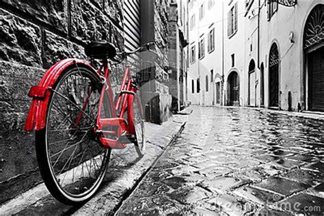 imagenes vintage en negro bici roja del vintage retro en la calle del guijarro en la
