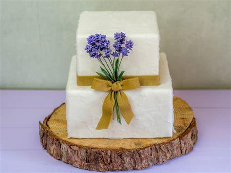 Hochzeitstorte Rustikal by Rustikale Hochzeitstorte Mit Lavendel Jute Und Papierstruktur