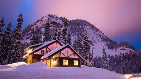baita di montagna con camino baita con camino sulla neve sogno immagine spaziale