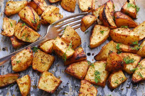 cucinare le patate al forno come fare le patate al forno croccanti la ricetta senza