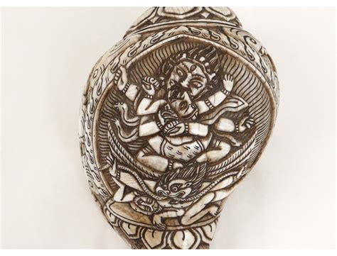 Coquillage sculpté conque dieu Shiva hindou dragon Népal