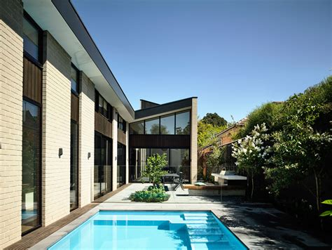 a modern courtyard house in phoenix design milk bloglovin a modern house in australia with a central courtyard