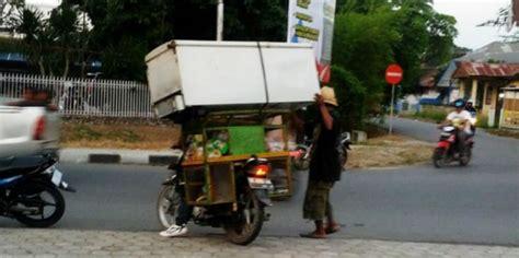 Kulkas Indonesia potret pemotor indonesia bawa kulkas hingga lemari