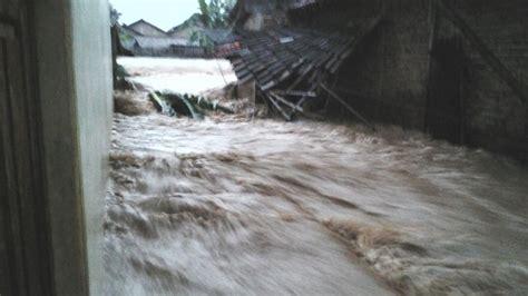 detik kurs ngeri ini video detik detik banjir bandang terjang rumah