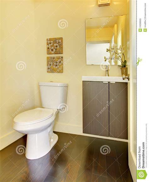 einfaches modernes badezimmer kleines einfaches gelbes moern badezimmer lizenzfreies