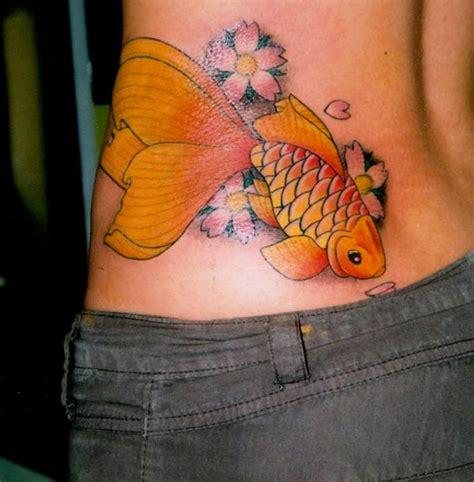 fiori sul fianco tatuaggio caviglia farfalle realistici realizzato dal