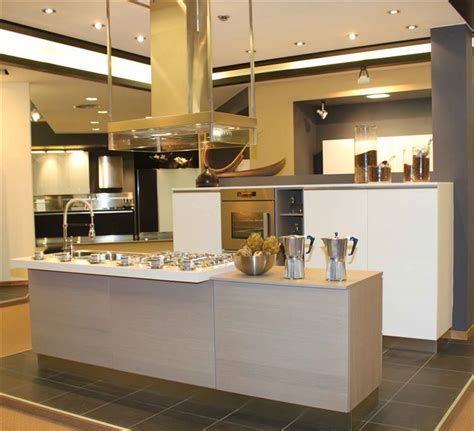 cucina isola con colonne basse