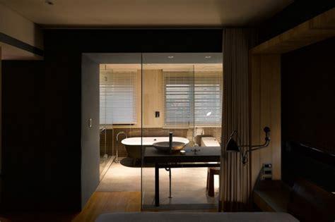 schlafzimmer und badezimmer kombiniert trennw 228 nde aus glas kombiniert mit holz beton wohnung