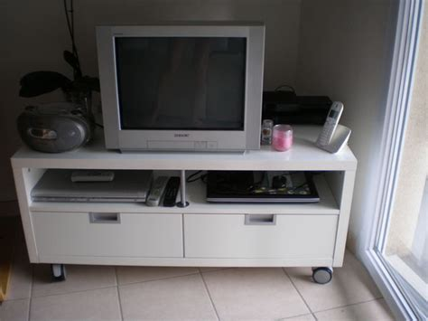 besta jagra tv stand yarial com console roulettes ikea interessante ideen