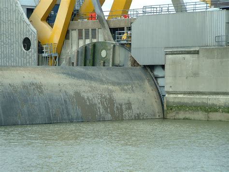 thames barrier how does it work video file thames barrier 04 jpg wikimedia commons
