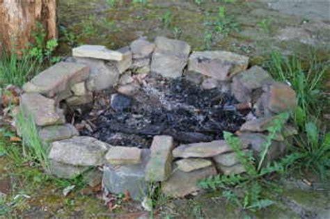 feuerstelle aus pflastersteinen feuerstelle mit dach fuer ein lagerfeuer im garten