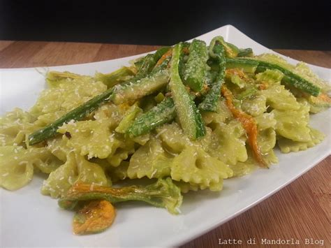 primi piatti con fiori di zucca pasta con pesto di zucchine e fiori di zucca latte di
