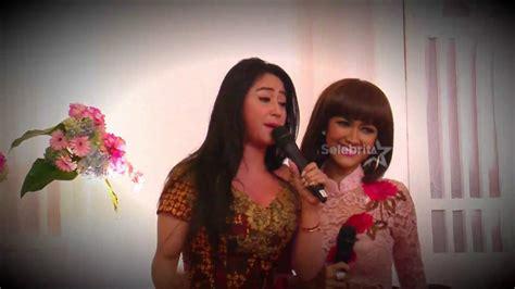 video jupe vs dewi persik mandi satu panggung jupe dewi persik terharu putus cinta dewi
