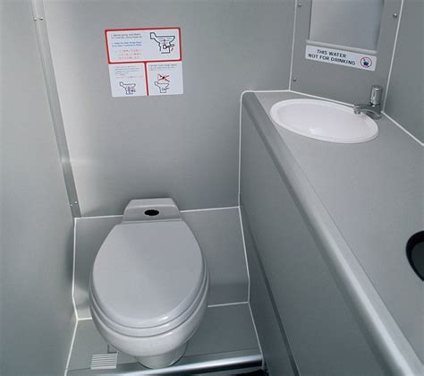 how to use bathroom in flight how to use bathroom in flight 28 images toilet on