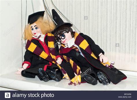 Fensterbrett Sitzen by Ein Paar Abgelehnt Und Besch 228 Digte Puppen Auf Dem