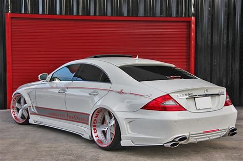 Handmade Mercedes - forgiato shows a mercedes cls 550 doing donuts with